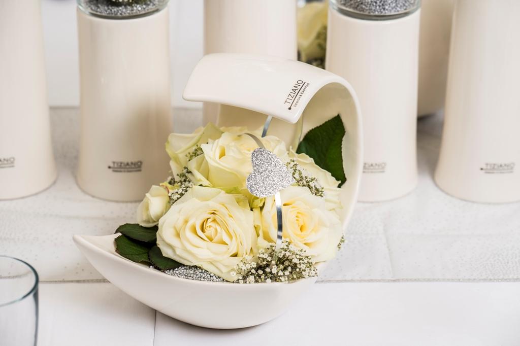 weiße Rosen als Tischdeko zur Hochzeit