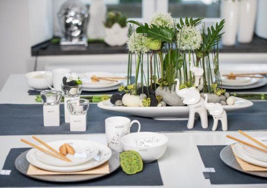 Asiatische Tischdeko mit Elefanten und Blumen
