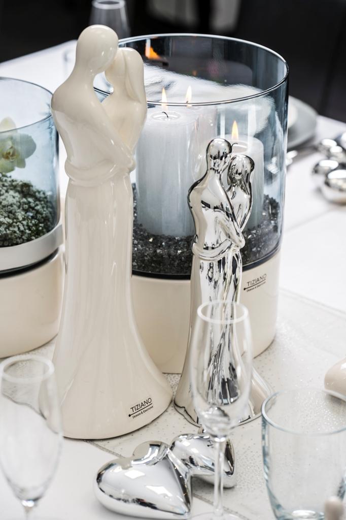 Romantische Tischdeko mit Paarfiguren