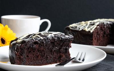 Tischdeko für die Kaffeetafel am Tag des Schokoladenkuchens