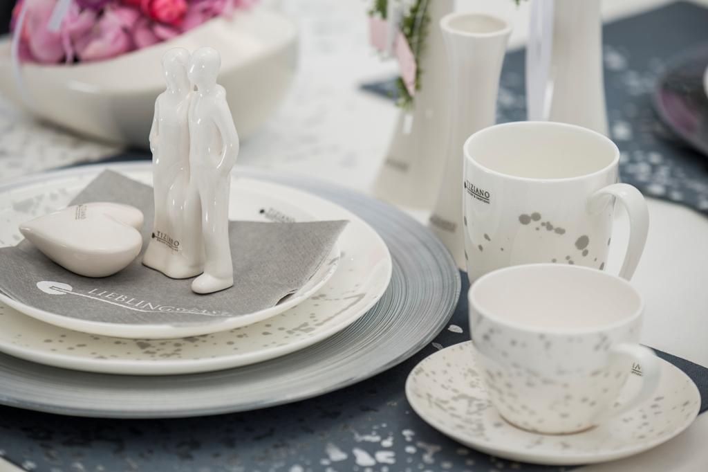 Tischdeko zum Valentinstag mit Geschirr Splash