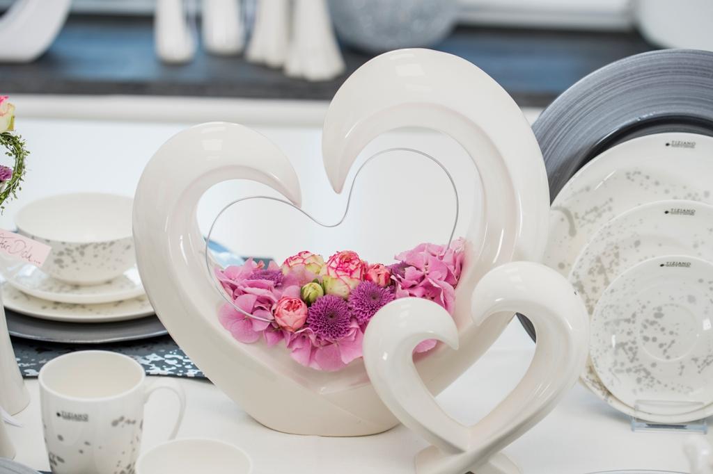 Tischdeko zum Valentinstag mit frischen Blumen