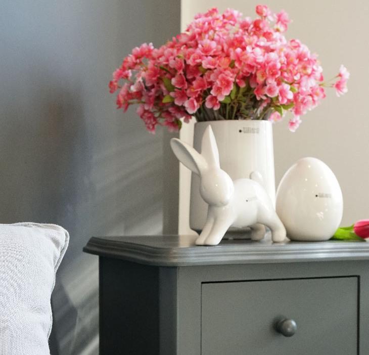 Osterdeko mit frischen Blumen