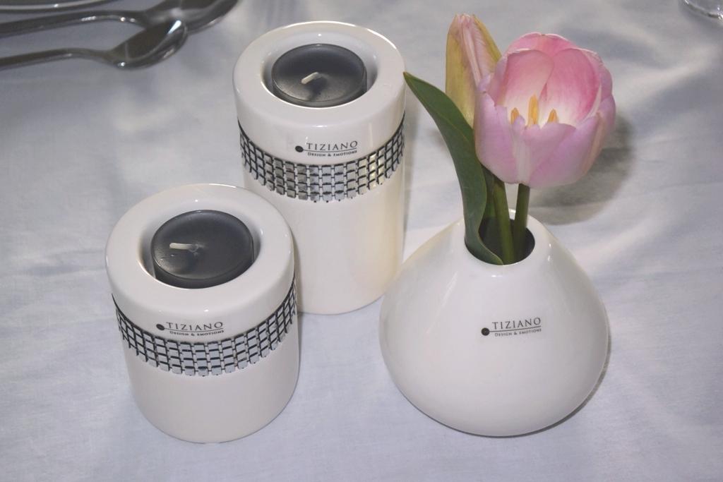 Tischdeko Ostern mit Tulpen und Teelichtern