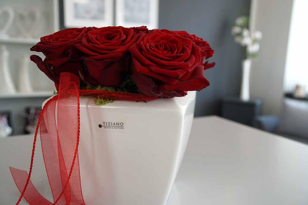Geschenke zum Muttertag mit roten Rosen