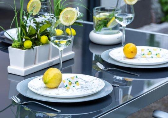 Sommerdeko mit Zitronen als Tischdeko