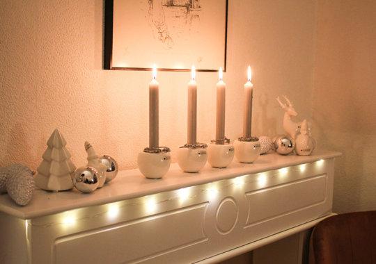 4 Lichter als Advents-Deko auf Kaminkonsole