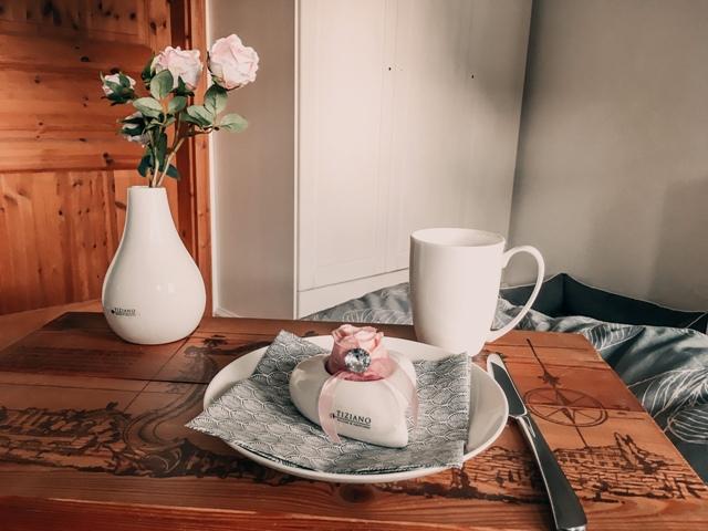Frueckstueck im Bett zum Valentinstag