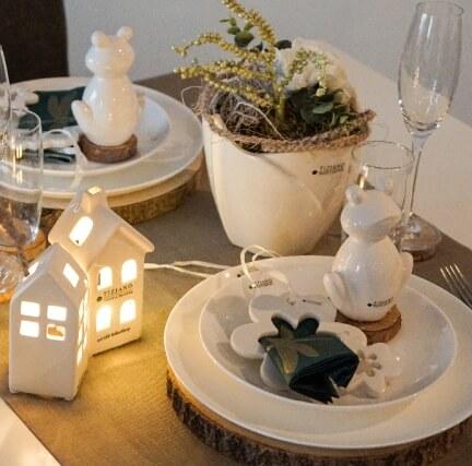 frühlingshafte Tischdeko mit dem fertig dekorierten Arangement Fiore