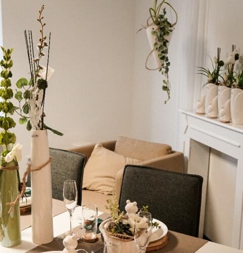 fruehlingshafte Tischdeko in der Vase Limena