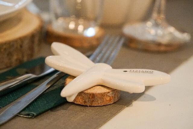 fruehlingshafte Tischdeko mit Libelle