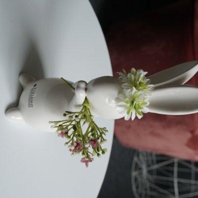 Osterhase Fabrio stehend mit Blumenkranz und Strauss