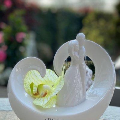 Dekofigur Paar Vincenza auf Herz mit grüner Orchidee dekoriert