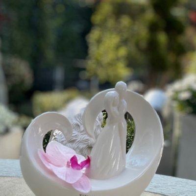 Dekofigur Paar Vincenza auf Herz mit rosa Orchidee dekoriert