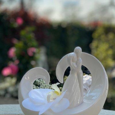 Dekofigur Paar Vincenza auf Herz mit weißer Orchidee dekoriert