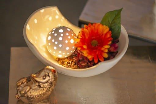 Herbstdeko in warmen Farben mit dekorierter Schale und LED Beleuchtung
