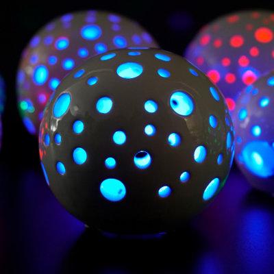 Lichtkugel Padova LED creme mit blauem Licht bunt