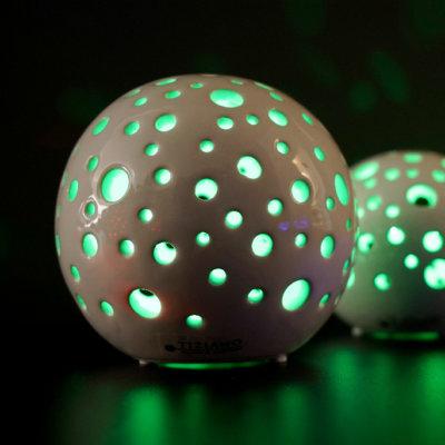 Lichtkugel Padova LED creme mit grünem Licht bunt