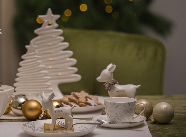 Tischdeko zu Weihnachten mit Tannebaeumen