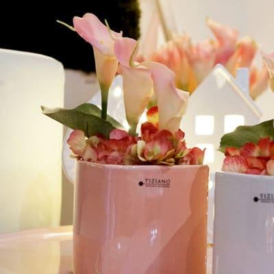 Blumentopf Crosia rosa dekoriert Callas rosa