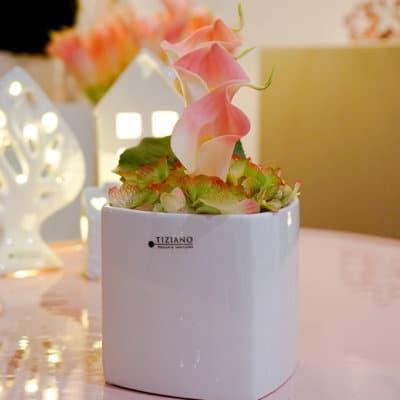 Blumentopf Crosia weiß creme dekoriert mit Callas rosa