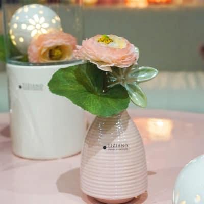 Dekoset Tischvase Meleto mit Sarafina Hänger und Ranunkel rosa