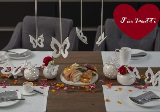 Tischdeko zu Muttertag mit Schmetterlingen Titelbild