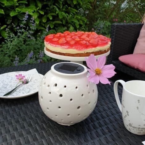 Terrassendeko zum Kaffeetrinken mit Erdbeerkuchenrezept